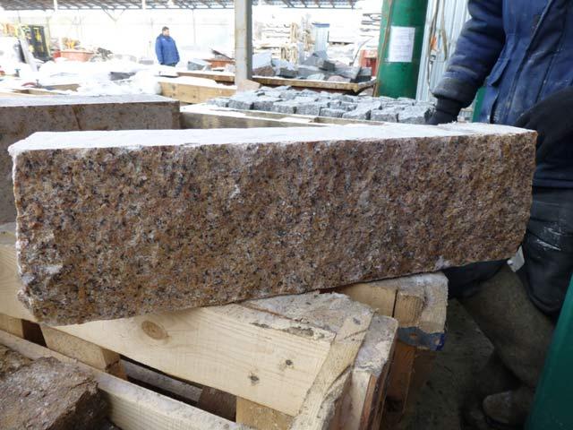 Памятник Скала с колотыми гранями Тим стоимость памятников на могилу в москва