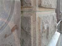 Стеновые блоки из розового гранита фактуры «скала» с рантом.